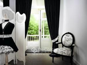 draperii-lux-draperie-negru-dungi-alb-modern-scaun-tapisat-model